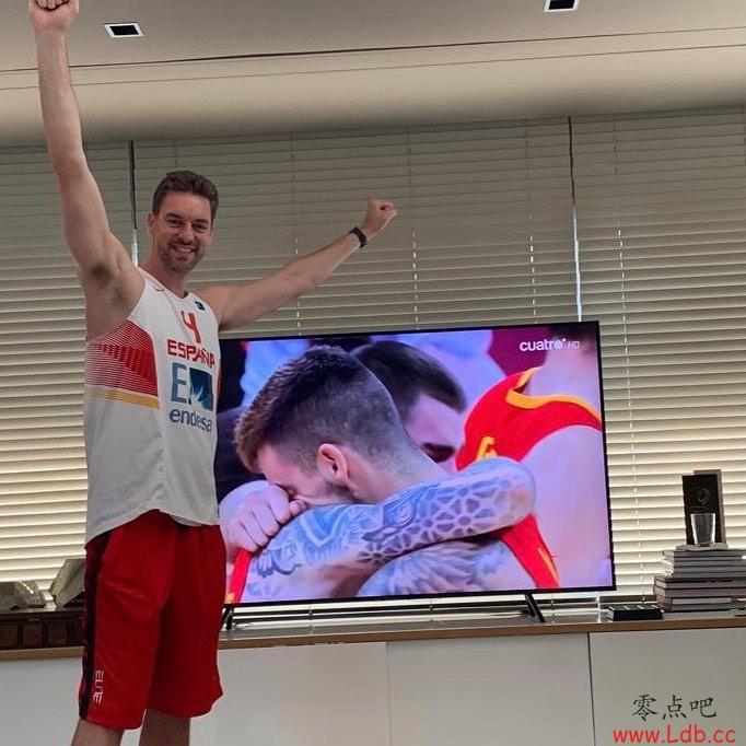 来自电视机前的祝福!大加身披国家队训练服庆祝:世界冠军